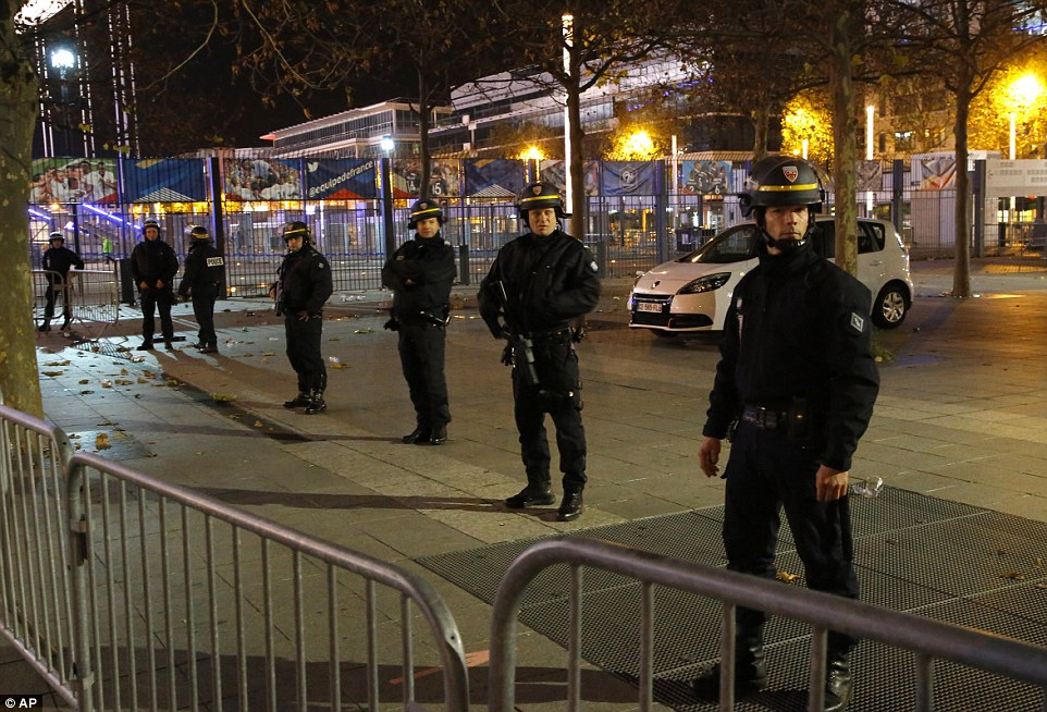 2E6CB54600000578-3317776-Police_officers_secure_the_Stade_de_France_stadium_during_the_in-a-70_1447454685549.jpg