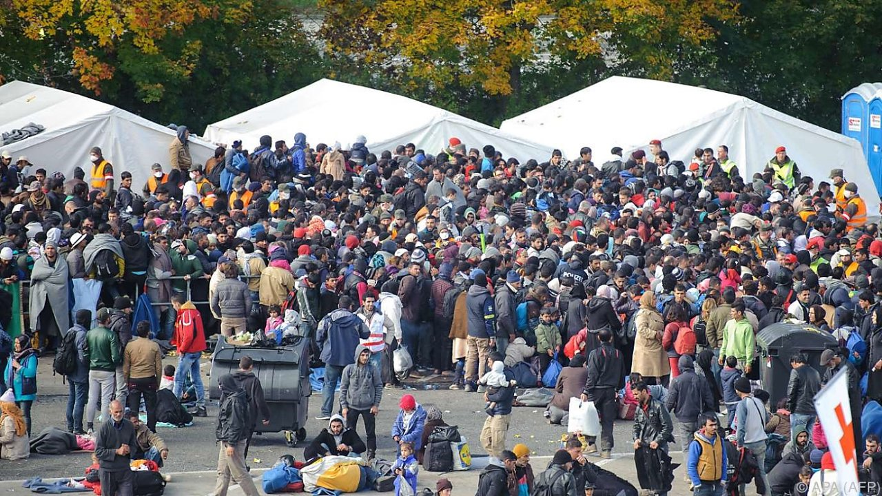 spielfeld-fluechtlinge-durchbrachen-sperre-41-60815055.jpg